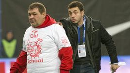 Воскресенье. Химки. Дмитрий ДЕРУНЕЦ (справа) и фанат красно-белых.