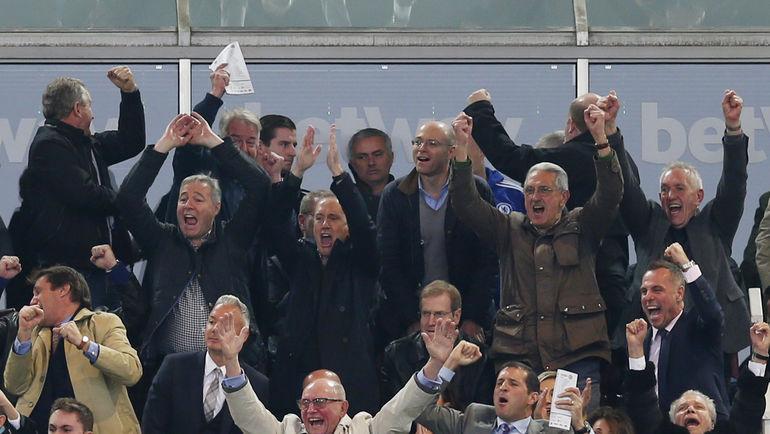 """VIP-ложа """"Вест Хэма"""" празднует победный гол на фоне печального Жозе МОУРИНЬЮ. Фото REUTERS"""
