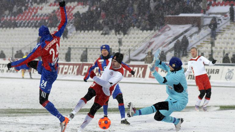 Какой футбол нам нужен: зимний или летний? Фото Михаил ЮРЬЕВ