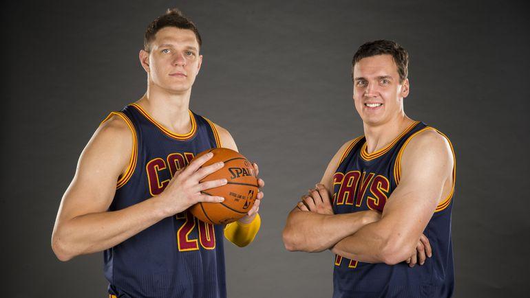 """Баскетболисты """"Кливленд Кавальерс"""" Тимофей МОЗГОВ (слева) и Александр КАУН. Фото AFP"""