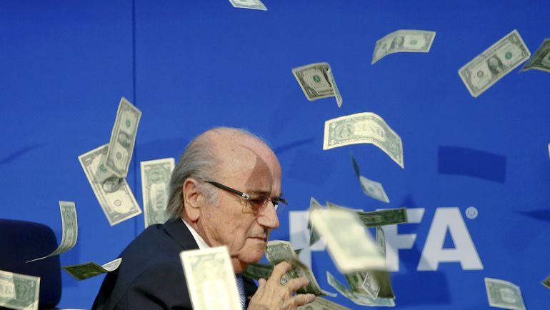 Британский журналист осыпал Йозефа БЛАТТЕРА фальшивыми долларами. Фото REUTERS