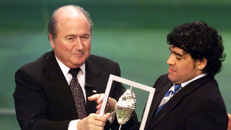 11 декабря 2000 года. Зепп БЛАТТЕР вручает Диего МАРАДОНЕ награду лучшего игрока века, которую он разделил с ПЕЛЕ. Фото REUTERS