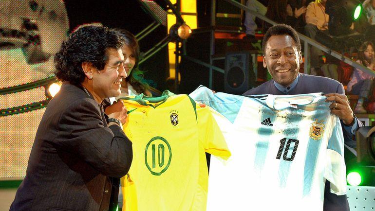 15 августа 2005 года. Буэнос-Айрес. Диего МАРАДОНА и ПЕЛЕ. В 2010 году аргентинец скажет, что бразильцу нужно отправиться в музей. Фото REUTERS