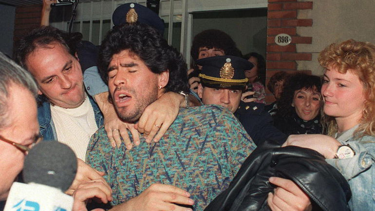 26 апреля 1991 года. Буэнос-Айрес. Только что Диего МАРАДОНУ выпустили из тюрьмы после ареста за хранение кокаина. Фото AFP