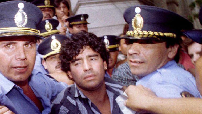 15 марта 1994 года. Диего МАРАДОНА в сопровождении полицейских покидает заседание суда, где проходили разбирательства по обвинению аргентинца в нападении на папарацци. Фото REUTERS