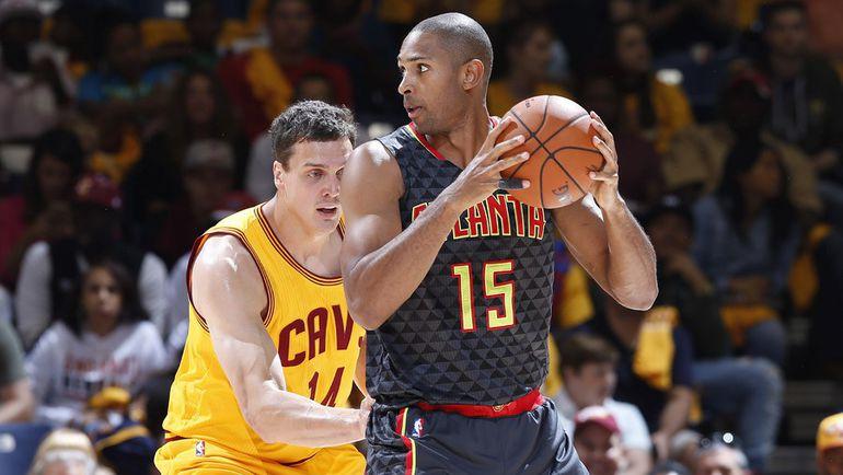 Александр КАУН (слева) работает в защите во время предсезонных матчей НБА. Фото AFP