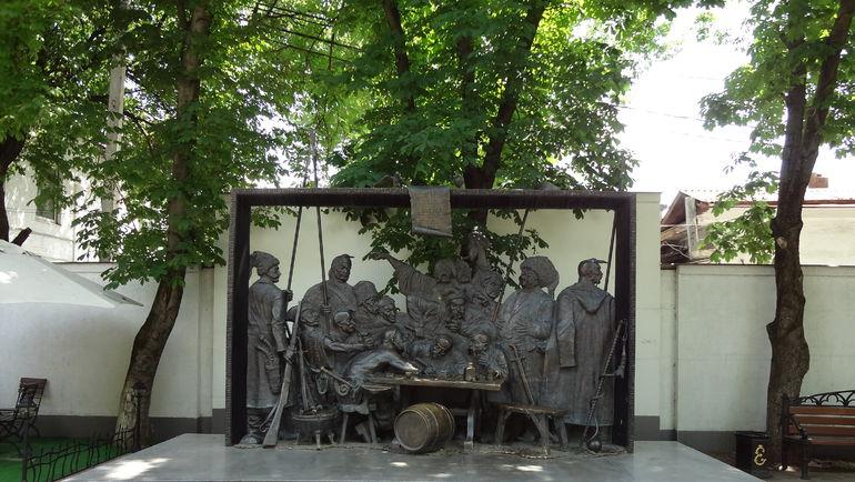 """Скульптура """"Запорожские казаки пишут письмо Турецкому султану"""" на улице Красной. Фото wikipedia.org"""