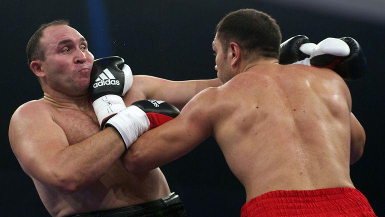 29 сентября 2012 года. Гамбург. Александр УСТИНОВ (слева) против Кубрата ПУЛЕВА. Фото AFP