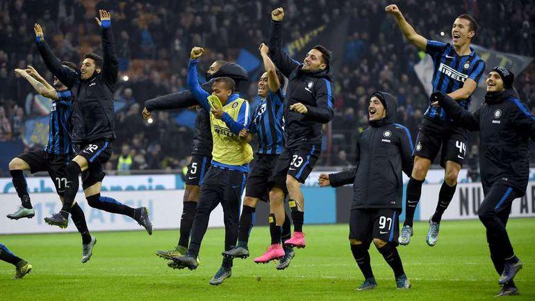 """Суббота. Милан. """"Интер"""" - """"Рома"""" - 1:0. Игроки миланского клуба празднуют победу. Фото AFP"""