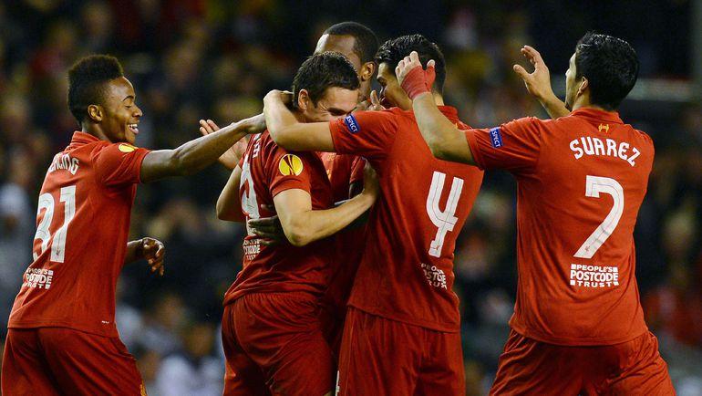 """Футболисты """"Ливерпуля"""" поздравляют Стюарта ДАУНИНГА (второй слева) со взятием ворот. Фото AFP"""