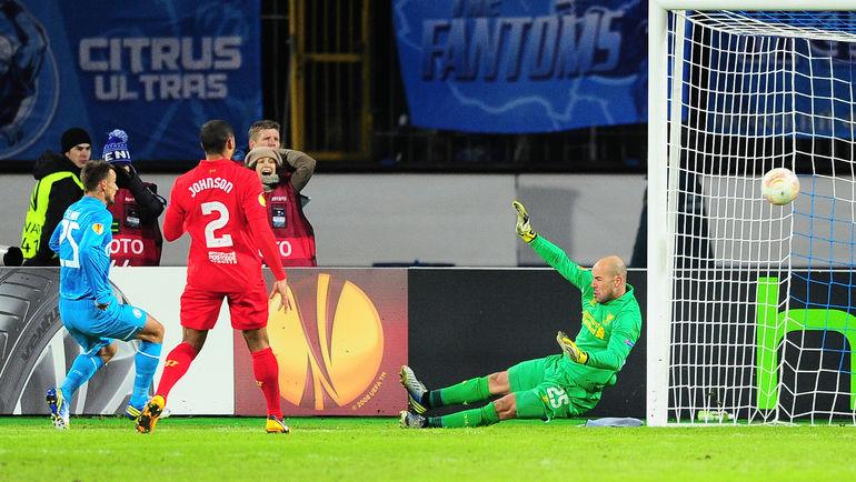 Сергей СЕМАК (слева) забивает второй мяч в ворота мерсисайдцев. Фото Антон СЕРГИЕНКО