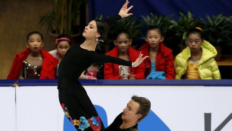 Сегодня. Пекин. Дети наблюдают за выступлением Елены ИЛЬИНЫХ и Руслана ЖИГАНШИНА в произвольном танце. Фото REUTERS