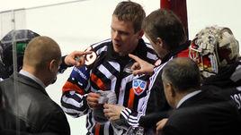 В КХЛ Юри РЁННУ (в центре) порой не удавалось избегать травм.