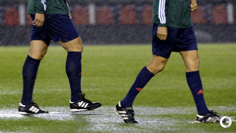 12 ноября. Буэнос-Айрес. Ливень. Состояние футбольного поля видно невооруженным глазом.