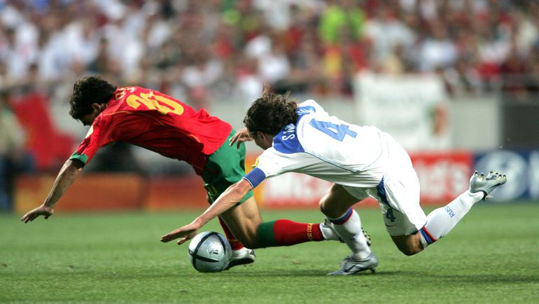 16 июня 2004 года. Лиссабон. Россия - Португалия - 0:2. ДЕКУ (слева) и Алексей СМЕРТИН. Фото Александр ФЕДОРОВ,