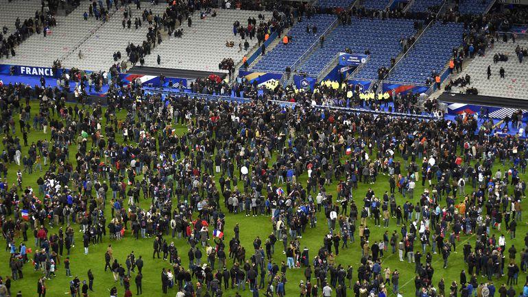 """Пятница. Париж. Франция - Германия. Зрители на поле стадиона """"Стад де Франс"""" после теракта возле арены-хозяйки Euro-2016. Фото AFP"""