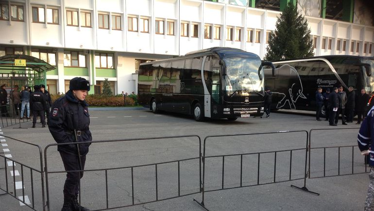 """Автобусы сборных. Фото Дмитрий ЗЕЛЕНОВ, """"СЭ"""""""