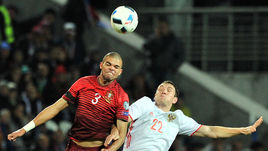 Суббота. Краснодар. Россия - Португалия - 1:0. Артем ДЗЮБА (№22) против ПЕПЕ.