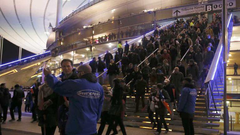 """Пятница. Париж. """"Стад де Франс"""". Зрители покидают арену. Фото REUTERS"""
