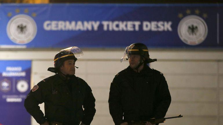"""Пятница. Париж. """"Стад де Франс"""". Полицейские у арены. Фото REUTERS"""