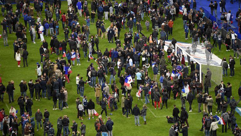 """Пятница. Париж. """"Стад де Франс"""". Зрители на поле арены. Фото AFP"""