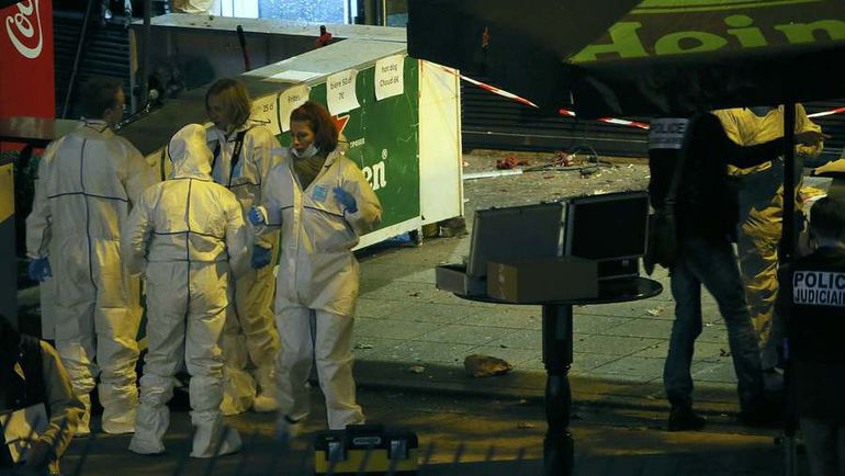 """Пятница. Париж. """"Стад де Франс"""". Взрывотехники у арены. Фото AFP"""