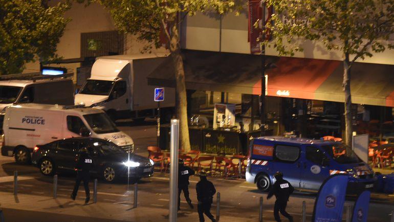 """Пятница. Париж. """"Стад де Франс"""". Полицейские у арены. Фото AFP"""