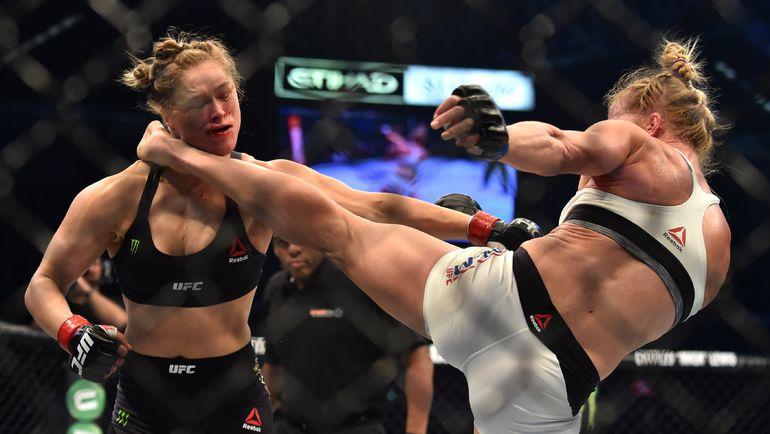 Холли ХОЛМ (справа) наносит Ронде РОУЗИ удар в голову, после которого непобедимая чемпионка UFC отправится в нокаут. Фото AFP