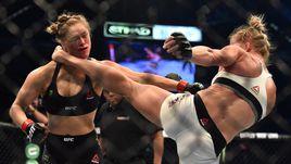 Холли ХОЛМ (справа) наносит Ронде РОУЗИ удар в голову, после которого непобедимая чемпионка UFC отправится в нокаут.