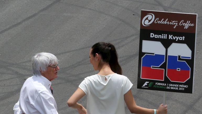 """Берни ЭККЛСТОУН разговаривает с моделью команды """"Ред Булл"""". Фото REUTERS"""