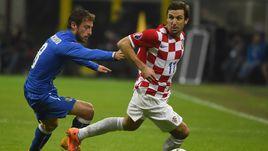 Полузащитник сборной Хорватии Дарио СРНА (справа) пообещал, что в товарищеском матче с Россией его команда, как и всегда, будет играть только на победу.
