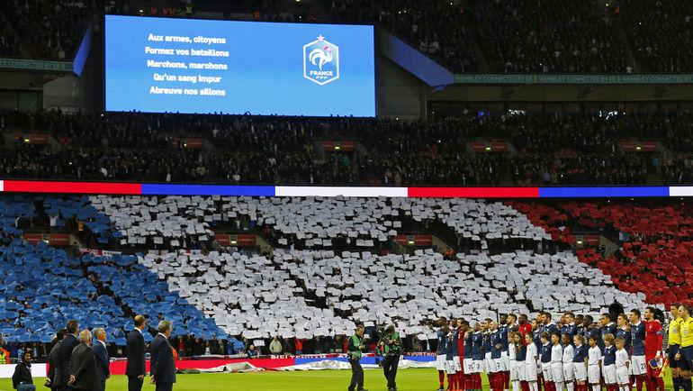 Вторник. Лондон. Англия – Франция – 2:0. Французский флаг на трибуне английских фанатов перед началом встречи. Фото REUTERS