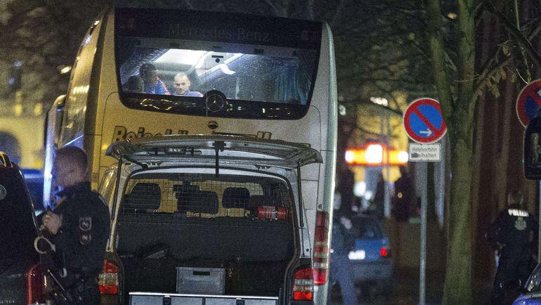 Вчера. Ганновер. Игроки сборной Голландии Джорджиньо ВАЙНАЛДУМ и Весли СНАЙДЕР в автобусе сборной Голландии перед отелем. Команда собирается домой, поскольку товарищеский матч с Германией отменен. Фото AFP
