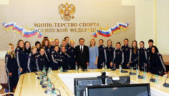 Сегодня. Москва. Виталий МУТКО (в центре) и женская сборная России. Фото РФС