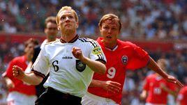 16 июня 1996 года. Манчестер. Россия - Германия - 0:3. Игорь КОЛЫВАНОВ (№ 9) против Маттиаса ЗАММЕРА в матче группового турнира Euro-96.