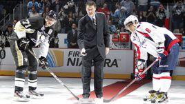 Александр ОВЕЧКИН и Евгений МАЛКИН (№71) на символическом вбрасывании с легендой НХЛ Марио ЛЕМЬЕ.