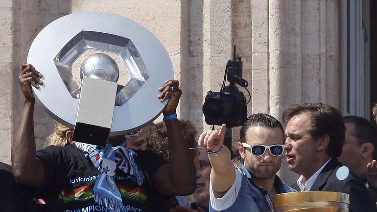 """Матье ВАЛЬБУЭНА и его """"Марсель"""" празднуют чемпионство. Фото Reuters"""
