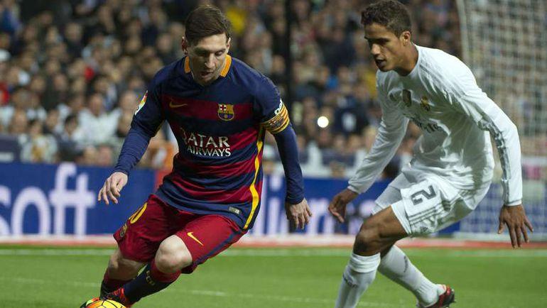 """Вчера. Мадрид. """"Реал"""" - """"Барселона"""" - 0:4. Лионель МЕССИ (слева) против Рафаэля ВАРАНА. Фото AFP"""