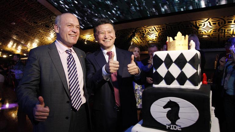 Кирсан ИЛЮМЖИНОВ и глава Российской шахматной федерации Андрей ФИЛАТОВ (слева). Фото Анастасия КАРЛОВИЧ