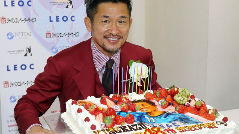 26 февраля. Токио. Кадзуйоси МИУРА празднует 48-летие. Фото AFP