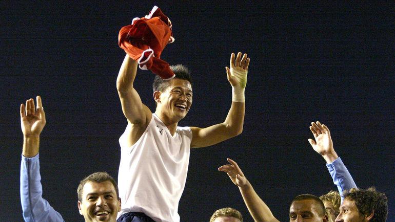 """16 декабря 2005 года. Токио. """"Сидней"""" – """"Аль-Ахли"""" – 2:1. Кадзуйоси МИУРА на руках своих одноклубников. Фото AFP"""