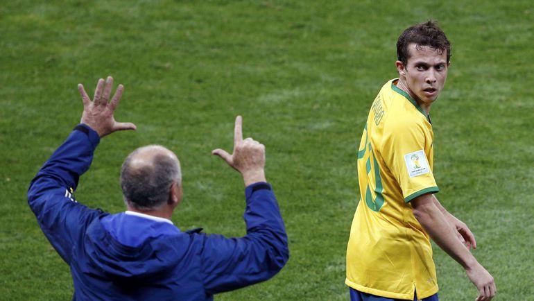 Луиз ФЕЛИПЕ СКОЛАРИ показывает БЕРНАРДУ, сколько они пропустили от национальной команды Германии. Фото REUTERS