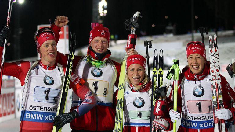 Тириль ЭКХОФ (вторая справа) помогла сборной Норвегии выиграть смешанную эстафету. Фото СБР