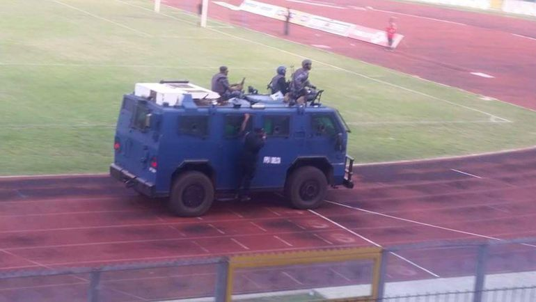 """Игроки """"Котоко"""" покидают стадион после домашнего матча с """"Эль-Ульмом"""" на броневике. Фото Twitter."""