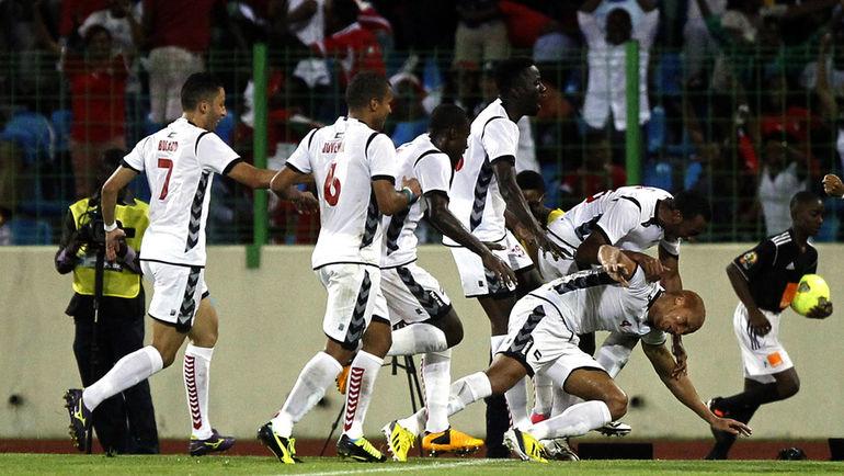 16 ноября 2013 года. Малабо. Игроки сборной Экваториальной Гвинеи поздравляют Джимми БЕРМУДЕСА (справа) с голом в ворота Испании в товарищеском матче. Фото AFP