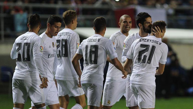 """Среда. Кадис. """"Кадис"""" - """"Реал"""" - 1:3. 3-я минута. Мадридцы поздравляют с голом Дениса ЧЕРЫШЕВА (№21). Фото REUTERS"""