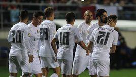 """Среда. Кадис. """"Кадис"""" - """"Реал"""" - 1:3. 3-я минута. Мадридцы поздравляют с голом Дениса ЧЕРЫШЕВА (№21)."""