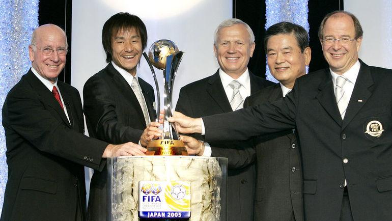 30 июля 2005 года. Токио. Вячеслав КОЛОСКОВ (третий слева)   на жеребьевке клубного чемпионата мира в Японии. Фото AFP
