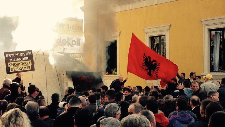 """Сегодня. Тирана. Толпа и ненавистный бункер. Фото """"СЭ"""""""