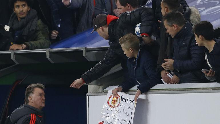 """Сегодня. Вольфсбург. """"Вольфсбург"""" - """"Манчестер Юнайтед"""" - 3:2. Луи ВАН ГАЛ покидает стадион - и Лигу чемпионов. Фото REUTERS"""